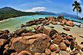 Água cristalina e rochas antigas no costão da Praia do Aventureiro. 05.jpg