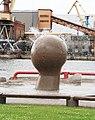 Вентспилс (Латвия) Шарообразный фонтан на набережной (фрагмент) - panoramio.jpg