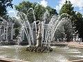 В западной части Марлинской аллеи расположен фонтан Ева.jpg