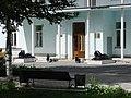 Скульптуры львов у входа в больницу (Пермь).JPG