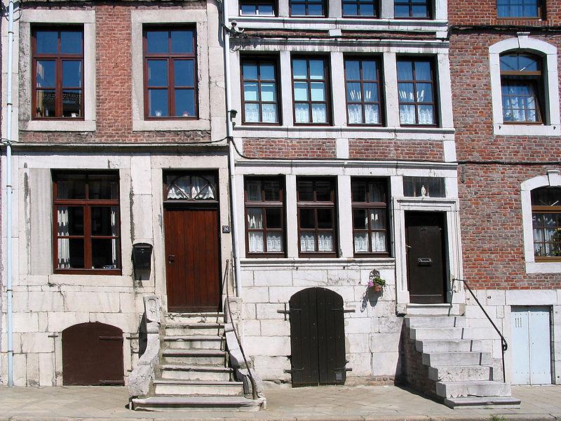 Herve (Belgique), rue Jardon n° 24 et 26 - Habitations régionales typiques en briques, à perron, sous-bassement et encadrements de porte et fenêtre en pierre de calcaire.