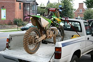 English: Dirt bike fixed to a truck bed on Fra...