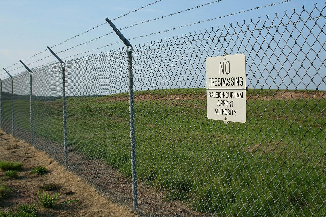 File:2008-08-01 No Tresspassing sign at RDU.jpg - Wikimedia Commons