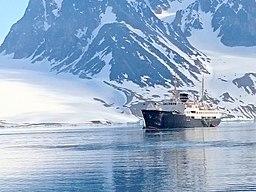 MS Nordstjernen i Magdalenafjorden i nordvästra Spetsbergen.