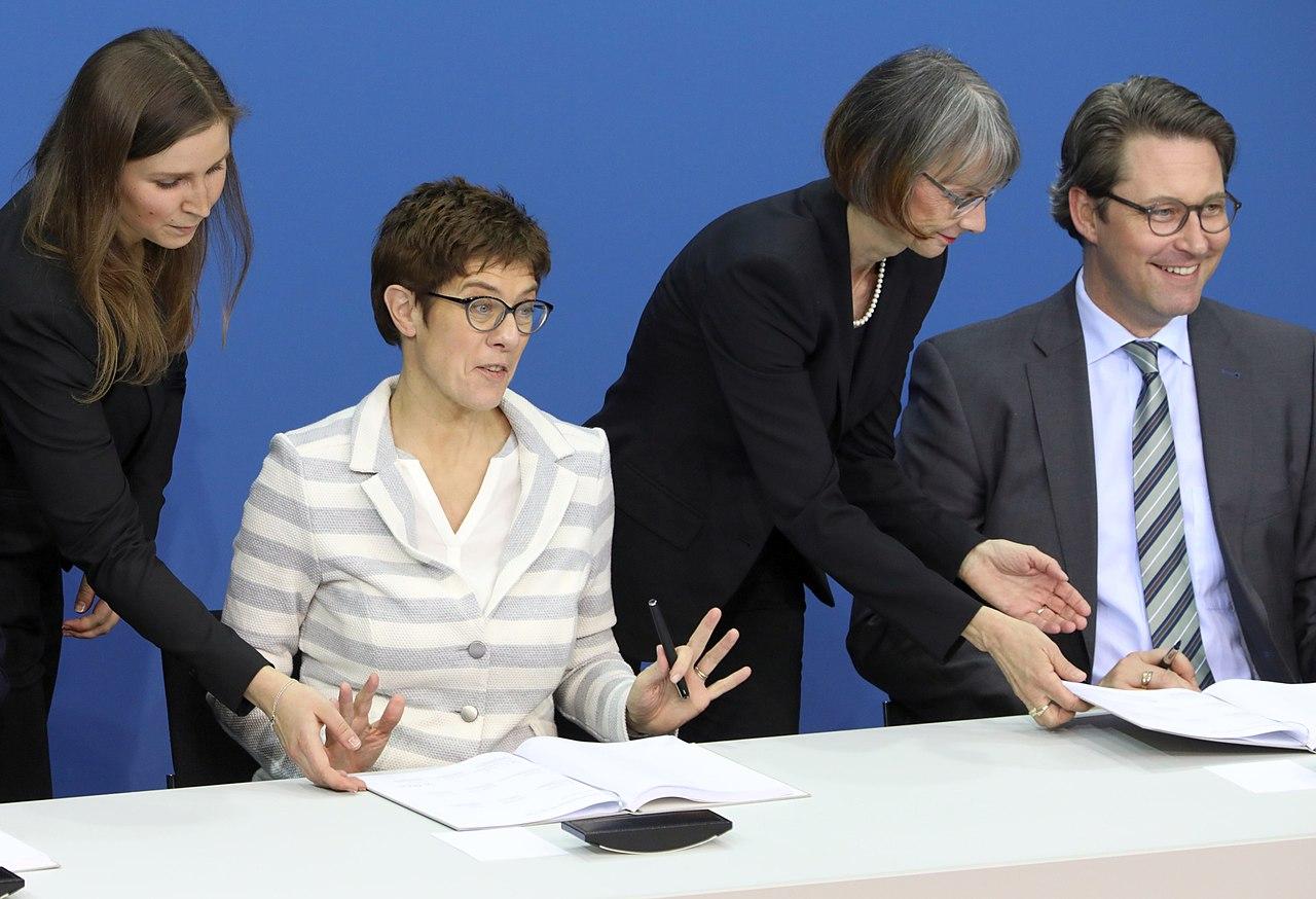 Kramp-Karrenbauer als CDU-Generalsekretärin bei Unterzeichnung des Koalitionsvertrages zwischen CDU, CSU und SPD im März 2018