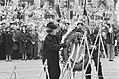 4 mei, dodenherdenking het koninklijk paar legt als eerste een krans bij Nation, Bestanddeelnr 933-9690.jpg