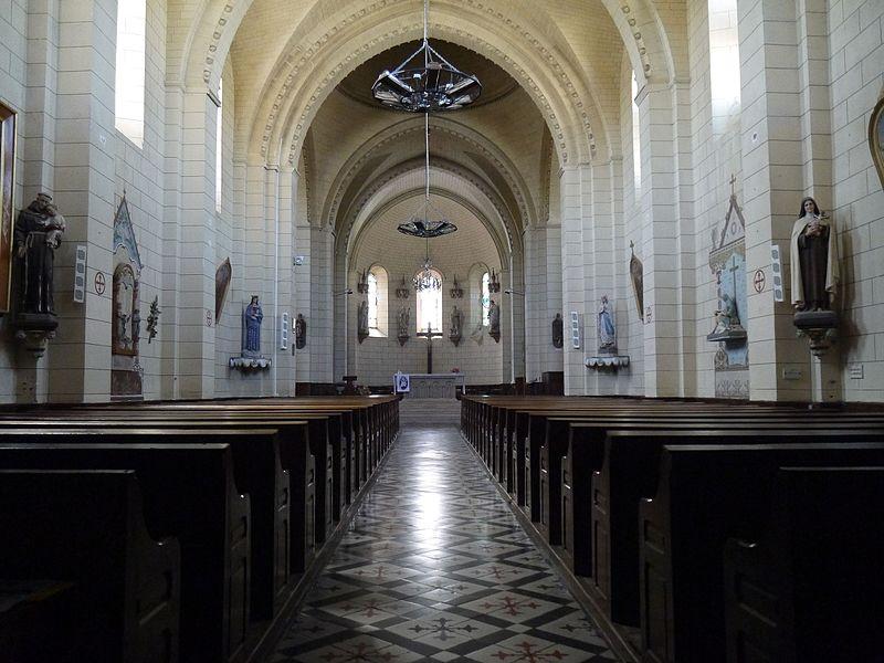 La nef vue de l'entrée de l'église.