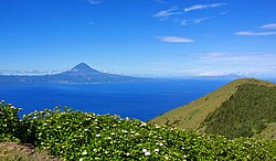 Munt Pico an the green laundscape, emblematic o the airchipelago o the Azores
