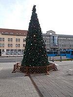 A karácsonyfa, a Kulturközpont és a Városháza II.-es épülete, 2018 Újpest.jpg