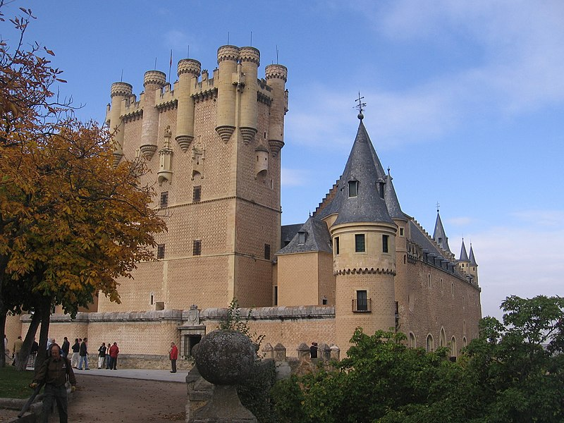 https://upload.wikimedia.org/wikipedia/commons/thumb/8/83/Alcazar_of_Segovia.JPG/800px-Alcazar_of_Segovia.JPG