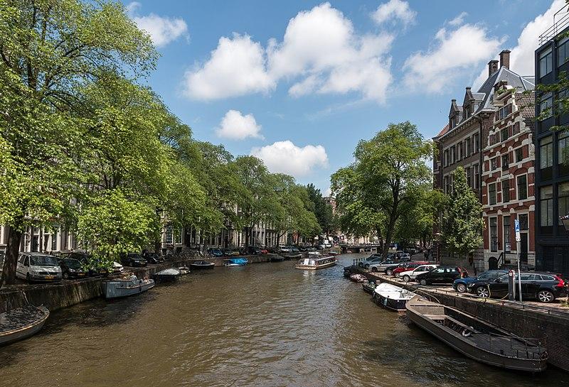 Barco com crianças em Amsterdam
