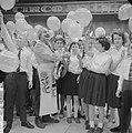 Amsterdamse Rakkertjes bij Circo Americano . Clown deelt ballonnen uit, Bestanddeelnr 913-3676.jpg