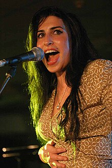Amy Winehouse durante un concerto al T in the Park nel 2004.[13]