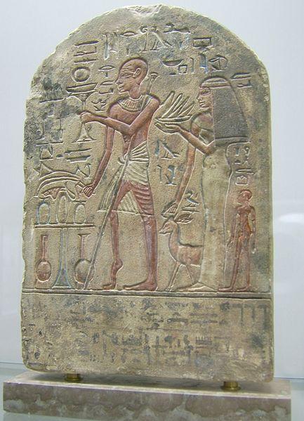 Estela funeraria egipcia del periodo de Amenhotep II (1.400 a.C.), mostrando a un funcionario de palacio con poliomielitis.