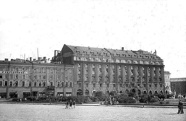 Гостиница Англетер (слева)