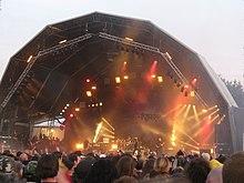 Band op het overdekte podium van outdoor locatie