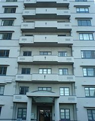 Apartment building facade in Wellington By Andre Goble (Flickr: DSC00218_FacadeDeco) [CC-BY-SA-2.0 (https://creativecommons.org/licenses/by-sa/2.0)], via Wikimedia Commons