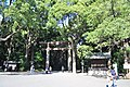 Approaching Meiji Shrine 01 (15545925937).jpg
