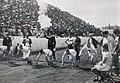 Archie Hahn (sur la chaise), vainqueur du 100 mètres à Athènes en 1906, regarde le départ de l'une des séries.jpg