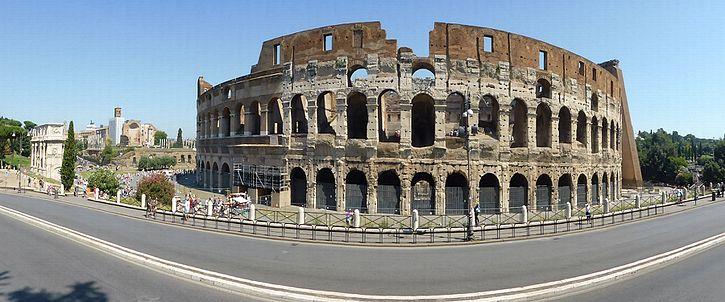 Panorama fra Colosseum (med Konstantinbuen til venstre).