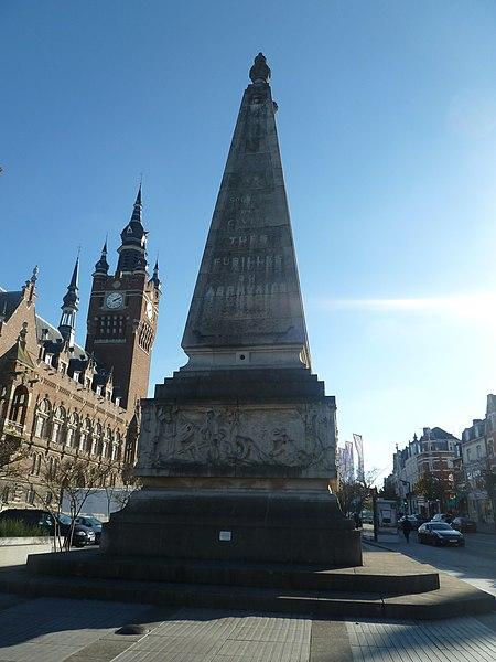 Le Beffroi d'Armentières, et le monument aux Morts, ce dernier par Louis Marie Cordonnier, architecte et Edgar Boutry, sculpteur, Nord, France