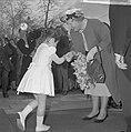 Artis 125 jaar dierentuin. koningin Juliana ontvangt bloemen van dochtertje van , Bestanddeelnr 915-1169.jpg