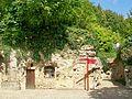 Auvers-sur-Oise (95), château de Leyrit, anciennes maisons troglodytiques dans la cour de service.jpg