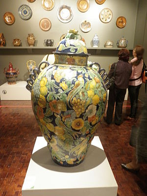 Handcrafts and folk art in Guanajuato - Mayolica large vessel called a tibor from Salamanca at the Museo de Arte Popular