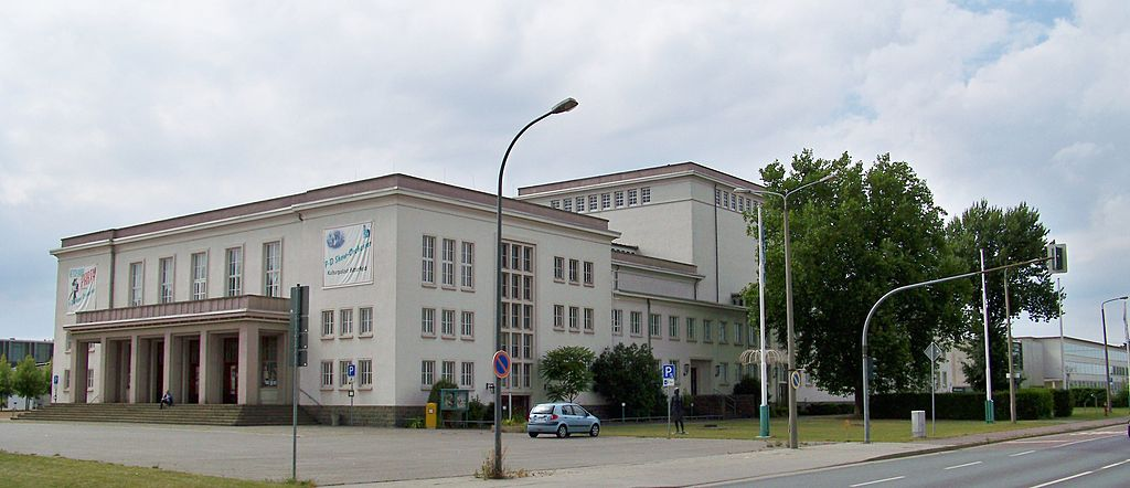 1024px-Bitterfeld_Kulturpalast.jpg