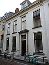 foto van Statig huis met rechte kroonlijst en tympanon