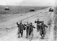 Bundesarchiv B 145 Bild-F016237-0022A, Krim, russische Soldaten bei Gefangennahme.jpg