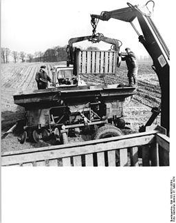 Bundesarchiv Bild 183-N0331-0004, KAP Dammbeck, Befüllen einer Legemaschine