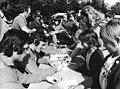 Bundesarchiv Bild 183-N0612-0042, Fußball-WM, Nationalmannschaft DDR, Autogramme.jpg
