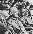 Burgemeester Steinweg (met bril) geflankeerd door Karel Lotzy (links) en majoor – F76435 – KNBLO.jpg