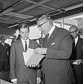 Burgemeester Thomassen zette handtekening onder aanmeldingsformulier voor Rotter, Bestanddeelnr 919-4867.jpg