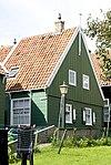 foto van Bakstenen huis met houten bovenbouw