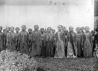 Mandarese people - Image: COLLECTIE TROPENMUSEUM Dochters van vorsten en adelijken uit Mandar Sulawesi T Mnr 10001325