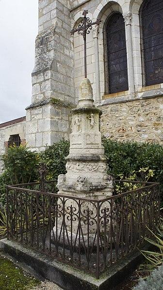 Vue du calvaire devant l'église à Cuis .