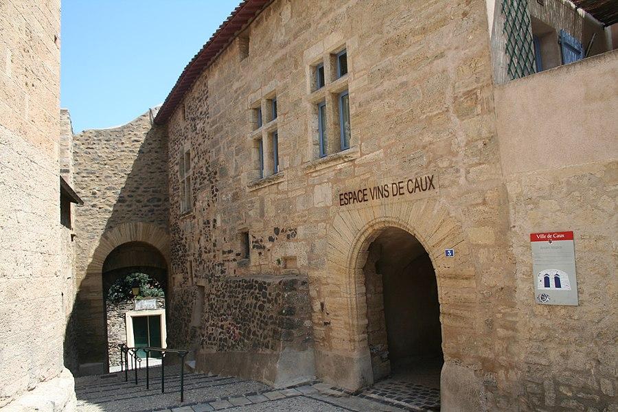 Caux (Hérault) - Hospice et Porte du village (muraille intérieure).