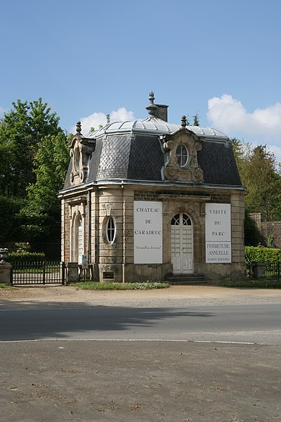 Vue en biais du pavillon de l'entrée du château de Caradeuc.