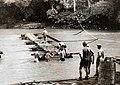 Collectie NMvWereldculturen, TM-60042225, Foto- TASIKMALAJA Aanleggen van een pontonbrug over een snelstromenden rivier, 1940-1950.jpg