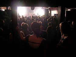 História da Música Eletrônica 3º Parte 250px-Dancing_at_a_club