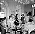 De koningin begroet kinderen die geschenken voor haar hebben gemaakt, Bestanddeelnr 252-3790.jpg
