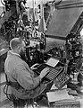 De zetterij van dagblad De Telegraaf waar een machinezetter bezig is kopij te , Bestanddeelnr 252-0365.jpg