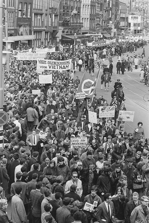 Demonstratie tegen oorlog in Vietnam, NATO enz. in Amsterdam, Bestanddeelnr 921-2506