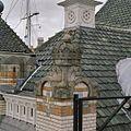 Detail van gebeeldhouwde bekroning aan de Maaszijde - Rotterdam - 20348216 - RCE.jpg
