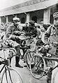 Donne con militari in bicicletta.jpg