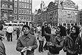 Drukte in Amsterdam in verband met paasweekeinde. Toeristen verkopen plastic dui, Bestanddeelnr 932-1007.jpg