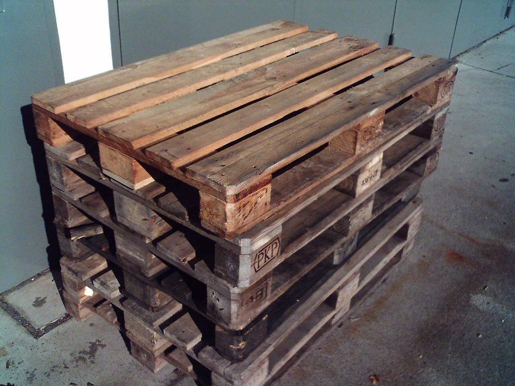 Ein Stapel von Holzpaletten