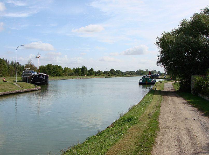 The Canal latéral à l'Aisne in Berry-au-Bac, near the canal lock.